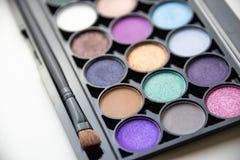 Paleta de sombras coloridas con el cepillo fotos de archivo