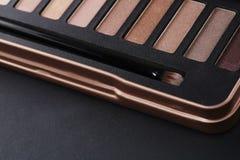 A paleta de sombras para os olhos cor-de-rosa com compõe a escova Imagem de Stock