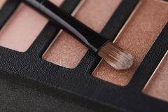 A paleta de sombras para os olhos cor-de-rosa com compõe a escova Foto de Stock Royalty Free