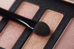 A paleta de sombras para os olhos cor-de-rosa com compõe a escova Imagens de Stock Royalty Free