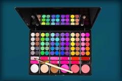 Paleta de sombras para os olhos e da escova coloridas da composição Imagens de Stock
