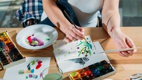 Paleta del bosquejo del lugar de trabajo del artista conseguir la inspiración fotos de archivo libres de regalías