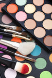 Paleta del maquillaje con los cepillos del maquillaje Fotos de archivo
