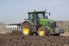 Paleta detrás del tractor en campo holandés en los Países Bajos en primavera cerca de Utrecht Foto de archivo