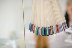 Paleta dla lakieru Kolor paleta dla lakieru Lakiernicza kolor paleta w piękno sklepie Obrazy Stock