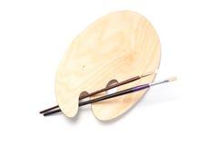 Paleta e escovas de madeira da pintura Imagem de Stock