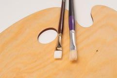 Paleta e escovas de madeira da pintura Fotos de Stock Royalty Free