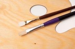 Paleta e escovas de madeira da pintura Imagem de Stock Royalty Free