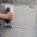 Paleta hecha muescas en construcción con el cemento blanco foto de archivo libre de regalías