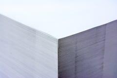 Paleta industrial Storag do formato do contraste alto de pilha de papel grande foto de stock royalty free
