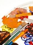 Paleta, pintura e escovas da arte fotografia de stock