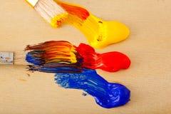 Paleta, pintura e escovas da arte foto de stock royalty free