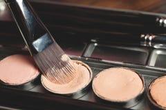 Paleta poner crema del lápiz corrector en caja metálica Foto de archivo libre de regalías