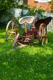 Paleta traída por caballo vieja en yarda Imágenes de archivo libres de regalías