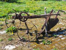 Paleta traída por caballo vieja para romper para arriba la tierra fotografía de archivo