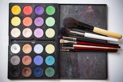Paleta y cepillo del sombreador de ojos para el maquillaje profesional fotos de archivo