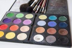 Paleta y cepillo del sombreador de ojos para el maquillaje profesional imagen de archivo