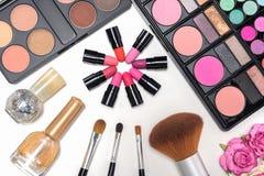 Paleta y cepillos de los cosméticos del maquillaje en el fondo blanco Fotos de archivo libres de regalías