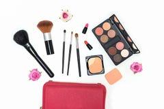 Paleta y cepillos de los cosméticos del maquillaje en el fondo blanco Foto de archivo libre de regalías