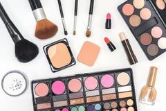 Paleta y cepillos de los cosméticos del maquillaje en el fondo blanco Fotografía de archivo libre de regalías
