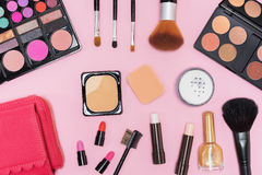 Paleta y cepillos de los cosméticos del maquillaje en fondo rosado Imágenes de archivo libres de regalías