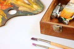 Paleta y cepillos del vintage en lona en blanco foto de archivo libre de regalías