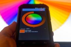 Paletas de colores electr?nicas entre un smartphone y un ordenador port?til imagen de archivo