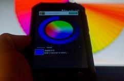 Paletas de colores electr?nicas entre un smartphone y un ordenador port?til fotos de archivo libres de regalías