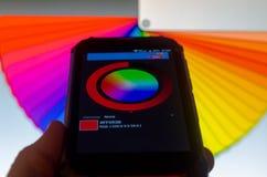 Paletas de colores electr?nicas entre un smartphone y un ordenador port?til imágenes de archivo libres de regalías