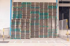 Paletas de madera empiladas Foto de archivo libre de regalías