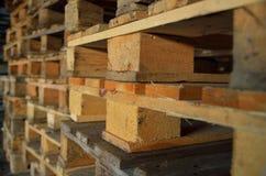 Paletas de madera Textura de madera Paletas empiladas en pilas Foto de archivo libre de regalías