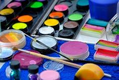 Paletas del maquillaje, cepillos y otras herramientas Foto de archivo