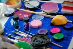 Paletas del maquillaje, cepillos y otras herramientas Foto de archivo libre de regalías