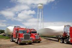 Paletas enormes del molino de viento en los camiones Fotografía de archivo libre de regalías