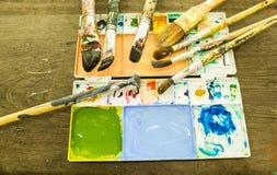 Paletas & escovas do artista Foto de Stock
