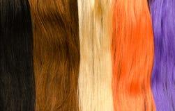 Palett av mångfärgade hårförlängningar royaltyfria foton