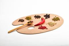 Palett av olika kryddor på träpaletten som isoleras på vit Arkivfoton