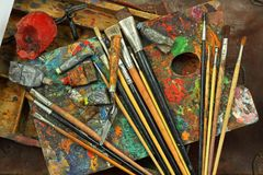 Palett, borstar och målarfärgkonstnär Fotografering för Bildbyråer