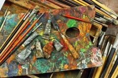 Palett, borstar och målarfärgkonstnär Royaltyfri Foto