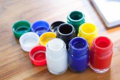 Palett för flaska för affischfärg med konst för unge på trä Royaltyfri Bild