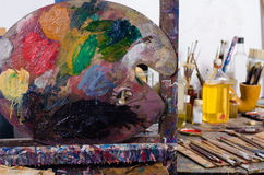 Palett i en atelier Royaltyfria Foton