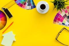 Palett, linjal, husdiagram, kaffe och hjälpmedel för arkitektarbete på gul ram för copyspace för bästa sikt för skrivbordbakgrund arkivbilder