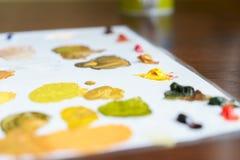Palett med oljamålarfärger med guling-gräsplan skuggor royaltyfria bilder