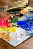 Palett med olje- färg och guld- målarfärgrör Royaltyfri Fotografi