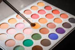 Palett med skuggor och makeupborsten, dekorativ skönhetsmedel royaltyfri foto