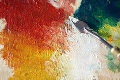 Palett som en palettkniv applicerade på oljamålarfärg royaltyfri foto