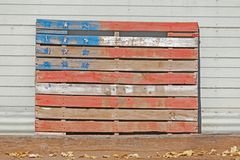 Palett som målas i färgerna av amerikanska flaggan royaltyfri fotografi