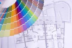 Palette über einem Lichtpauseplan Stockfotos