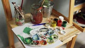 Palette, Aquarelle und Bürsten Stockfoto