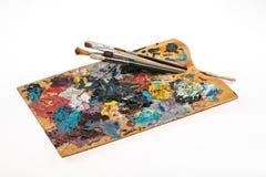 Palette avec des peintures et des brosses Photos libres de droits